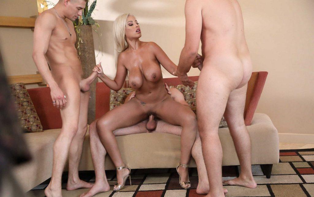 Проститутка развлекает парней